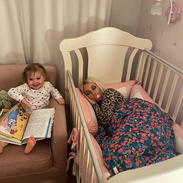 Лера Кудрявцева: фото с соской и в кроватке дочери