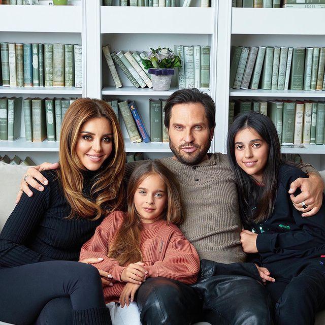 Александр Ревва с женой и дочками: 'Он даже на семейном фото корчится'