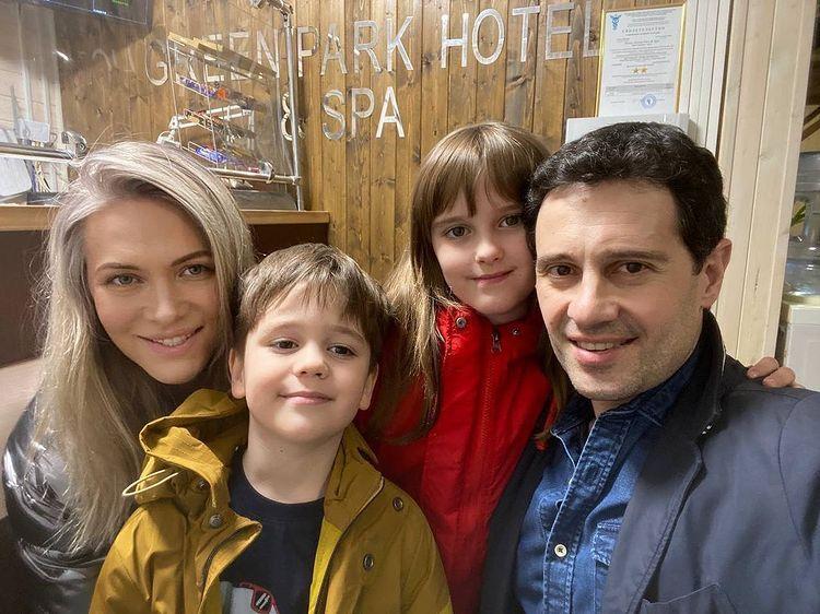 Антон и Виктория Макарские с детьми на Кавказе: 'Наша любовь покрывает все прибабахи'