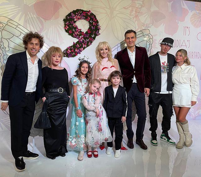 Пугачева на дне рождения внучки: 'Умеет же она одеться красиво и по годам, и сексуально!'