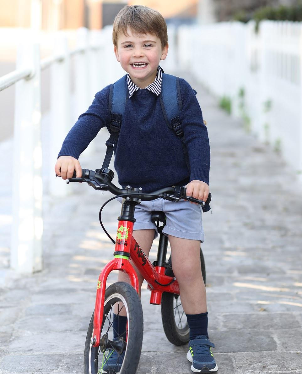 Младшему сыну принца Уильяма и Кейт - 3 года: 'Ой, какие дырочки на кроссовках'