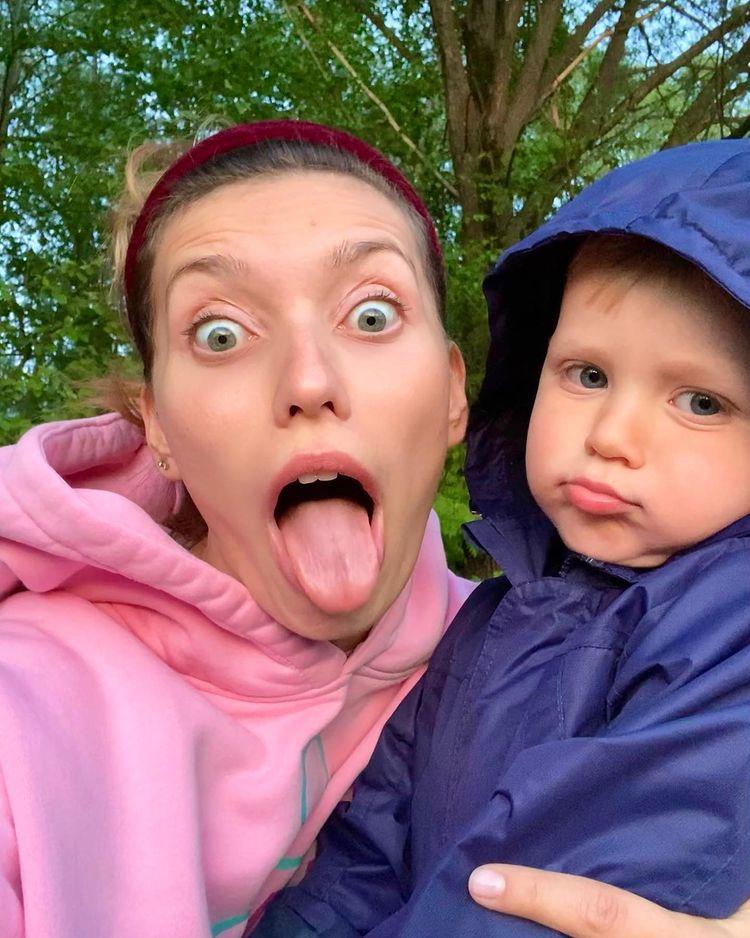 Регина Тодоренко, фото с языком и сыном: 'Вот как-то не лайкается такое'
