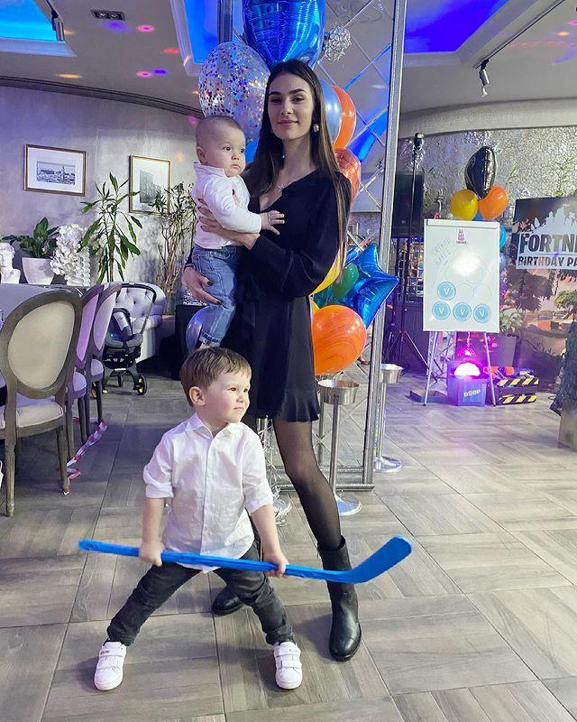 Жена Александра Овечкина с детьми