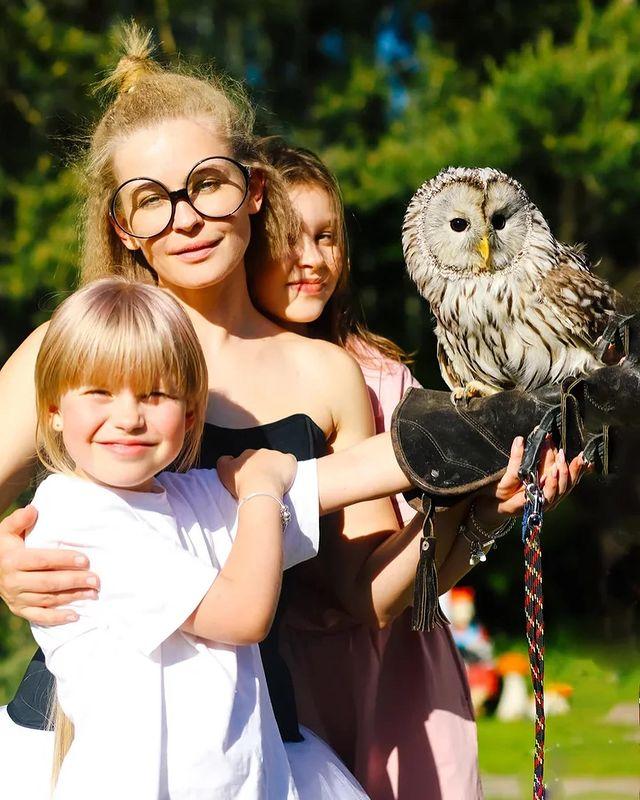 Юлия Пересильд с дочками, совой и змеёй: день рождения в стиле Гарри Поттера