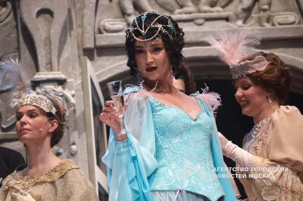 Ольга Бузова на сцене МХАТа