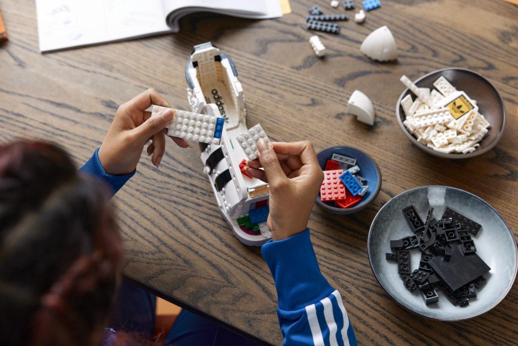Кроссовок Adidas из кубиков Lego