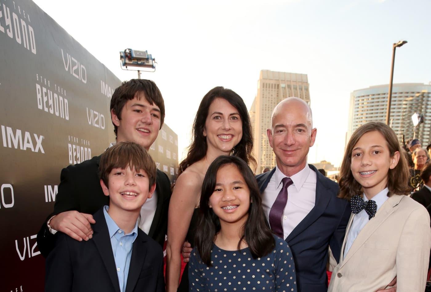 Джефф Безос с детьми и супругой