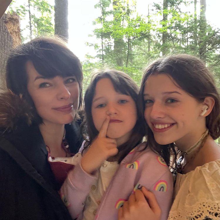 Милла Йовович с тремя дочками: измученная мать сама себя постригла