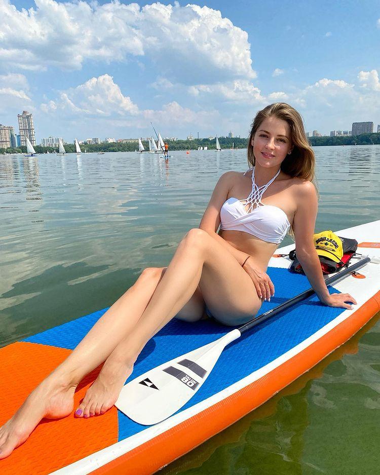 Анна Михайловская в купальнике