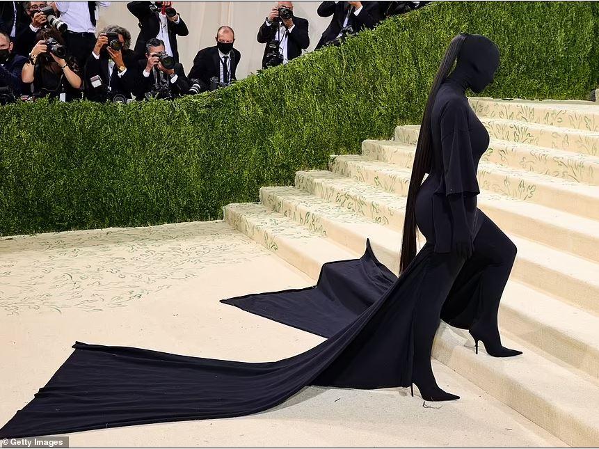 Ким Кардашьян черный наряд Мет Гала 2021