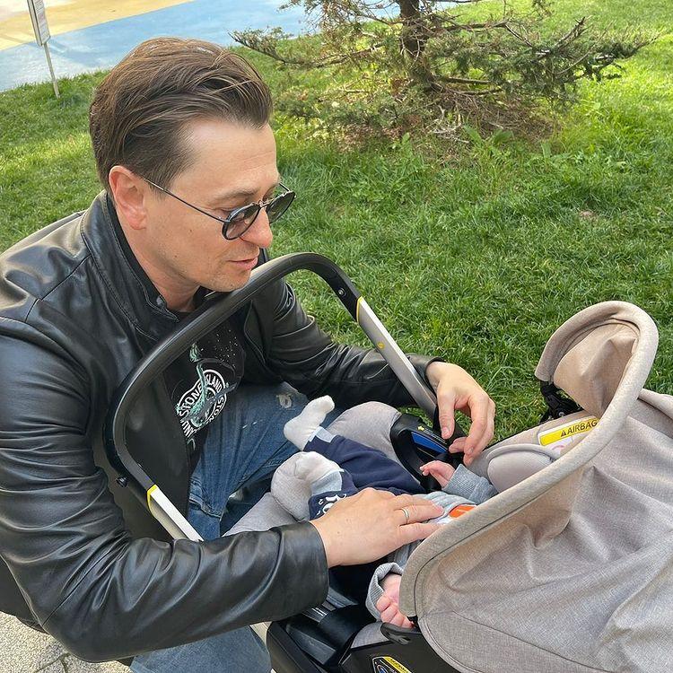 Сергей Безруков с 2-месячным сыном на прогулке и старшей дочкой на гастролях