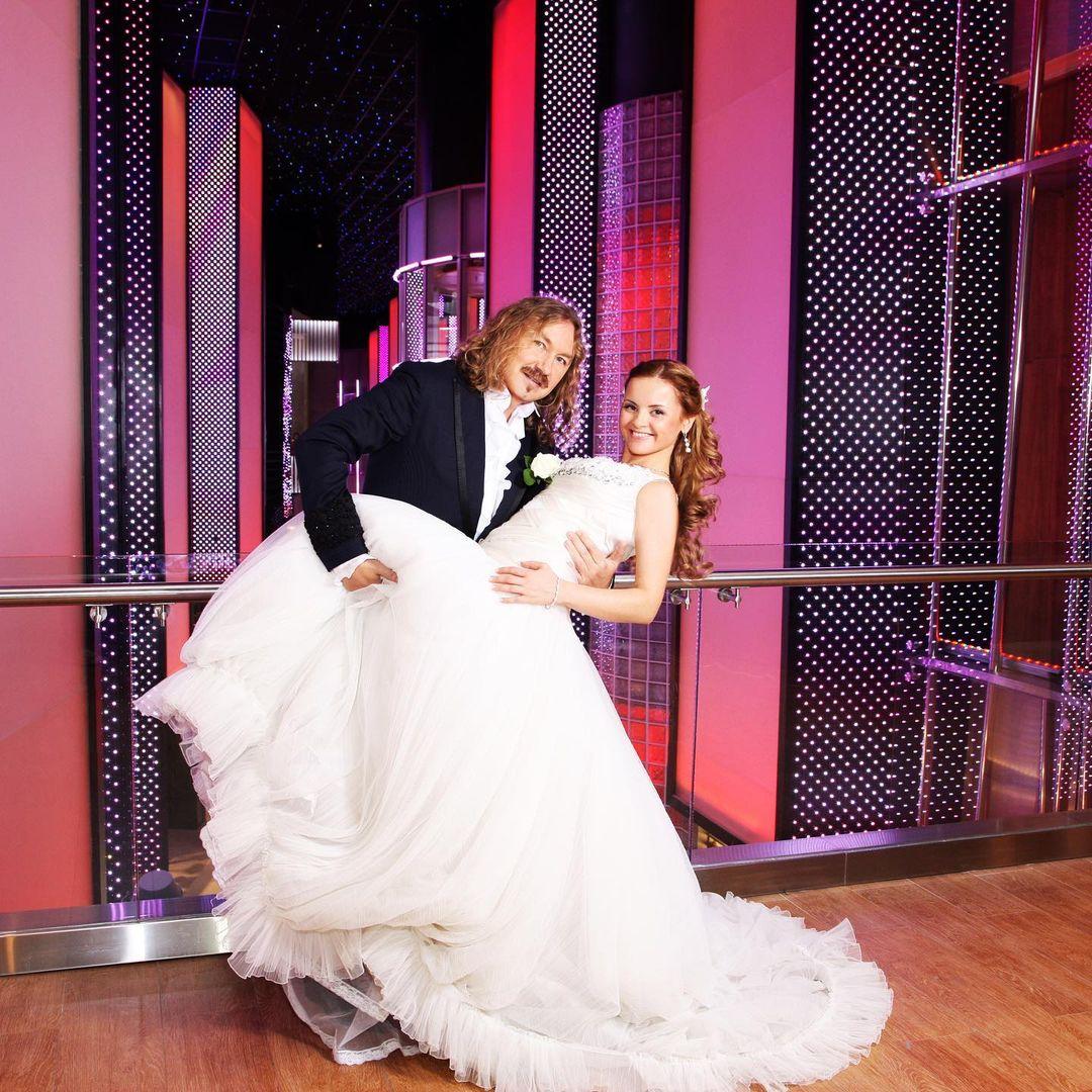 Игорь Николаев - годовщина свадьбы: фото с женой и дочками, 5-летней и 42-летней