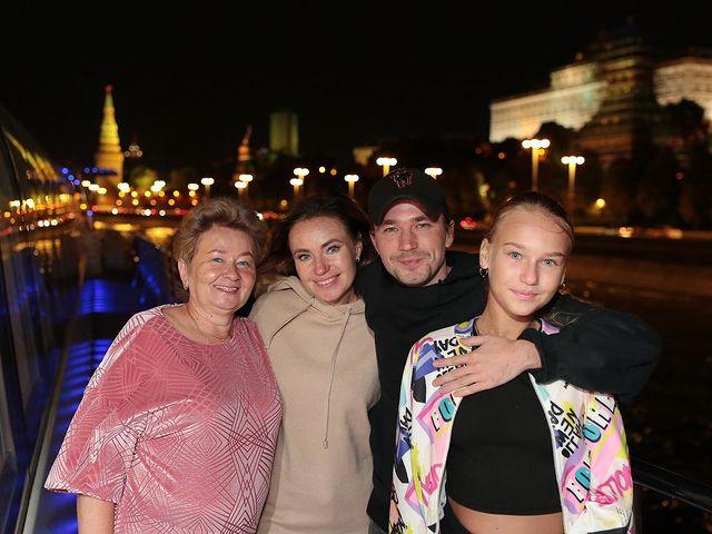 Александр Петров с любимыми женщинами: бабушкой, мамой, сестрой и племянницей