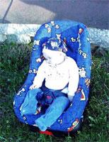 Прибыли на дачу, поставили кресло на травку, а Миленка даже не проснулась, спит по инерции - быстро ехали