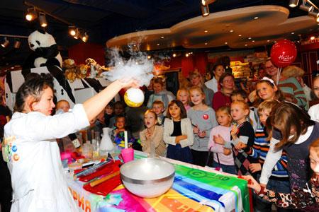 В магазине игрушек Hamleys пройдут праздники для детей - научное шоу и День яблока