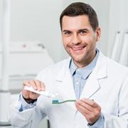 Когда чистить зубы – до или после завтрака?