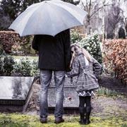 Брать ли ребенка на похороны и как говорить с ним о смерти
