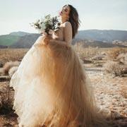 Анна Кутаркина: Вызов традициям: цветные свадебные платья – 17 стильных образов