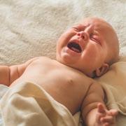 Почему плачет новорожденный? Как понять и устранить причины плача