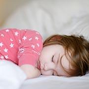 Линелль Шнееберг: Попить, пописать и погладить спинку: почему ребенок не засыпает самостоятельно