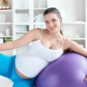 Роды: активное поведение. Схватки на фитболе и расслабление в ванной