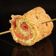 2 рецепта закусок из семги и сельди: рулетики и канапе для вечеринки
