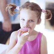 Дети и сладкое: как сохранить зубы и избежать ожирения