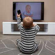 Как влияют электронные приборы на ребенка до трех лет