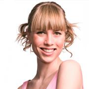 Прически на выпускной: озорной начес и строгий пучок балерины