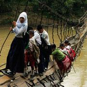 В школу с риском для жизни: на учебу по воде и воздуху