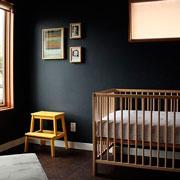 Дизайн детской комнаты: черные стены и яркие краски (фото)