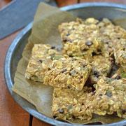 2 рецепта из овсяных хлопьев на завтрак: гранола и овсяные батончики