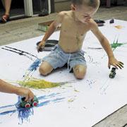 Детский рисунок. Вместо кисточки - мухобойка, мячик и еще 6 идей