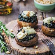Лисички, шампиньоны, авокадо: 3 рецепта закусок и салатов