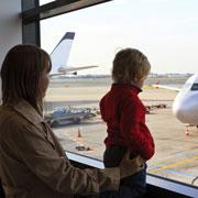 Чем занять ребенка в самолете: 15 идей для мам