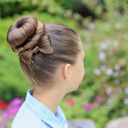 Красивая прическа на 1 сентября: высокий пучок и бант из волос