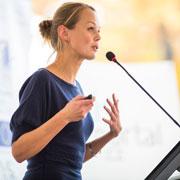 Публичное выступление, собеседование, заключение сделки: 3 правила для женщин