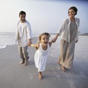 Ребенок на пляже: игры, еда. Как приучить ребенка к воде