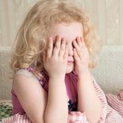 Ребенок боится темноты, врачей, Бабы-Яги: что делать? Страхи у детей