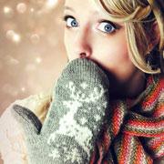 Шарф и варежки на спицах, вязаные тапочки: подарки к Новому году