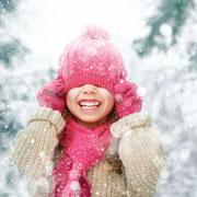 Снежки, ледяные скульптуры и рисование на снегу: 6 зимних игр на улице