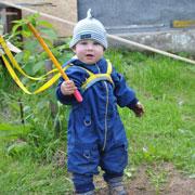 Как сын научился ходить и держать равновесие: поводок для ребенка
