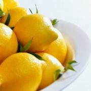 При помощи обычного лимона