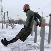Тренировки на улице зимой: 14 упражнений на турнике, брусьях и рядом