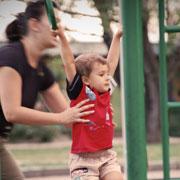 Что разрешать ребенку на прогулке? 7 способов гулять с ребенком