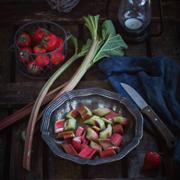 2 пирога с ревенем и клубникой: рецепты для начала лета
