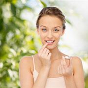Как лечить обветренные губы