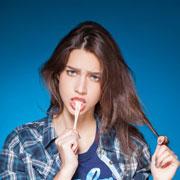 Как очистить одежду от жвачки