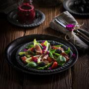 2 необычных салата: креветки, хамон, малина и ежевика