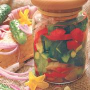 Как засолить огурцы и перец на зиму: 3 рецепта заготовок